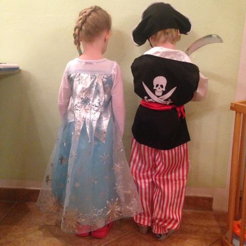 Glückliche Eiskönigin und mutiger Pirat