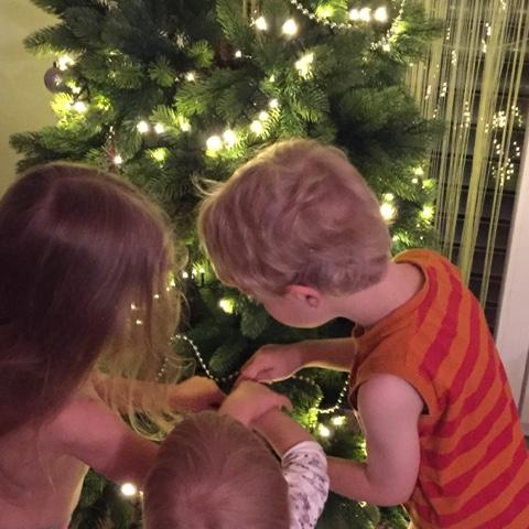Die hohe Kunst des Weihnachtsbaumkugelaufhängens