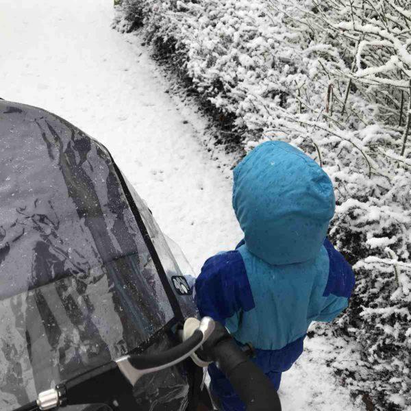 Mit Kind und Kinderwagen im Schnee