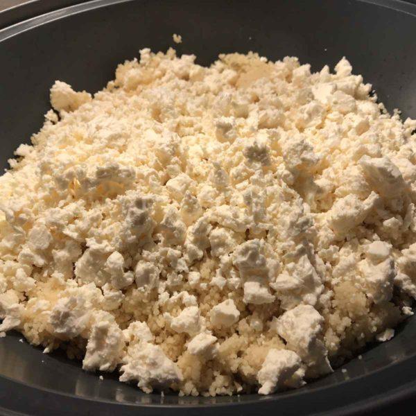Couscous mit Feta bestreuen