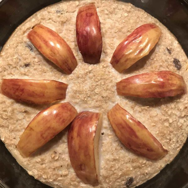 Gebackene Haferflocken mit Banane, Rosinen und Äpfeln