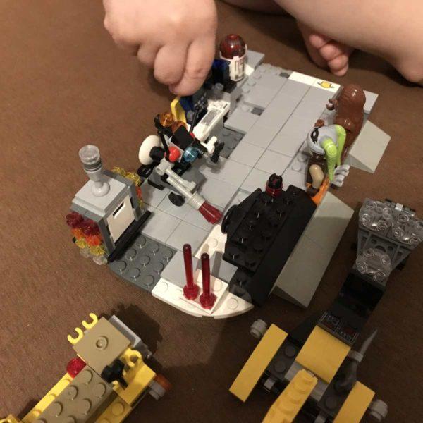 Kinder spielen Lego