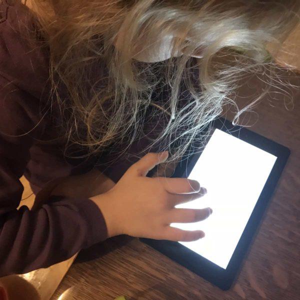 Kind lernt mit Tablet