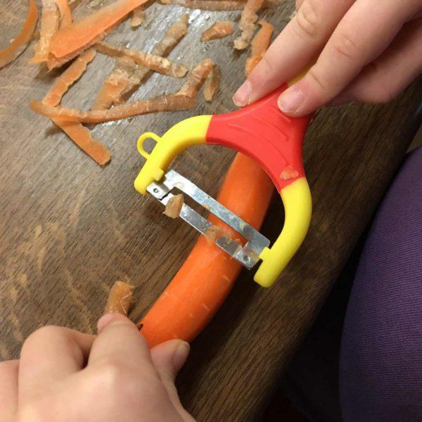 Kind hilft bei der Hausarbeit