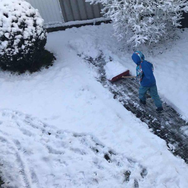 Kind macht Bahn im Schnee