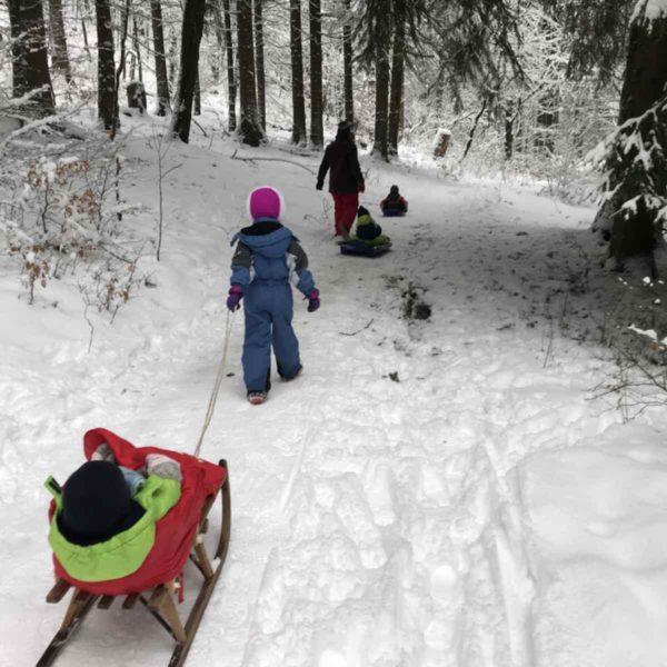 Mit vier Kindern im Schnee