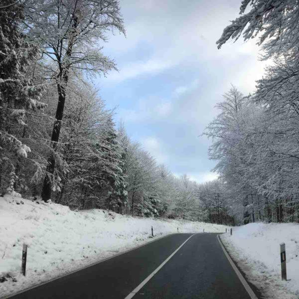 Straße an Schnee