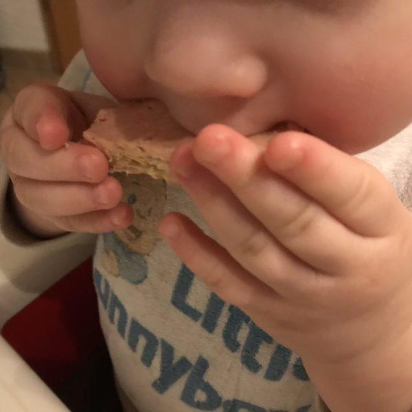 Baby isst Brot