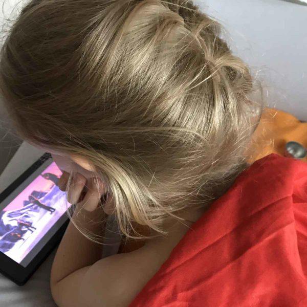 Kind spielt am Tablet