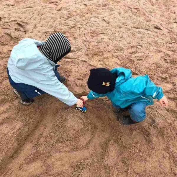 Kinder spielen gemeinsam im Sand