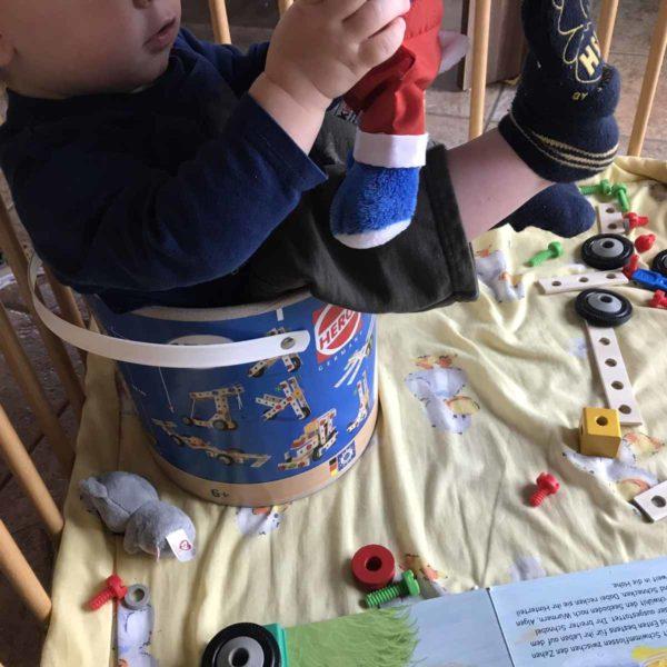 Kleinkind sitzt im Eimer