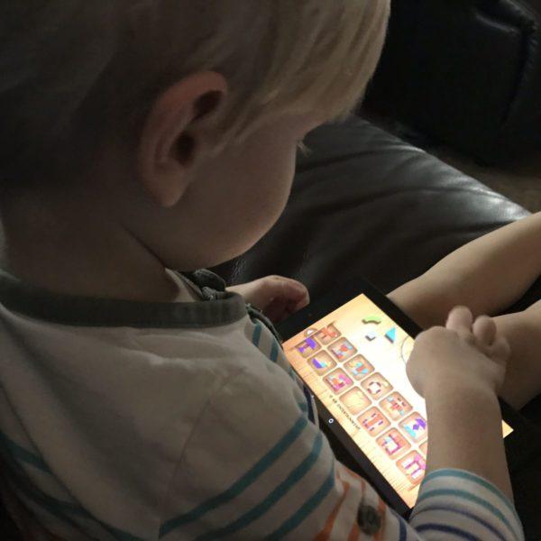 Kleinkind spielt mit Tablet
