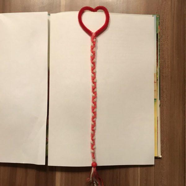 Geflochtenes Lesezeichen mit Herz