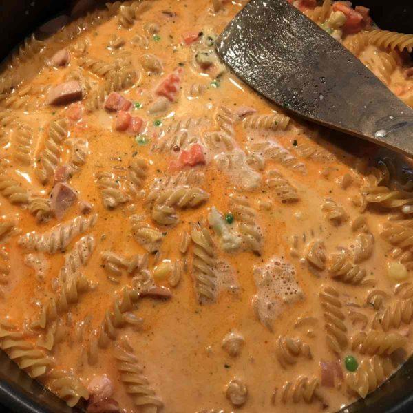Cremige One-Pot-Pasta mit Würstchen