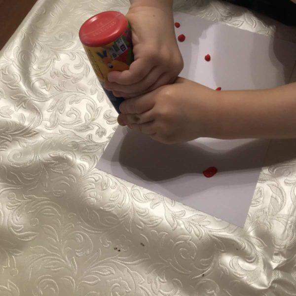 Karte für Valentinstag - Farbekleckse auf einem weißen Blatt verteilen