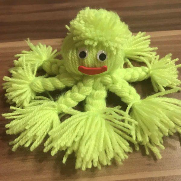Oktopus aus Wolle mit Kindern gebastelt