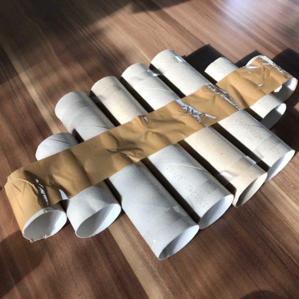 Packband hält die Toilettenpapierrollen zusammen