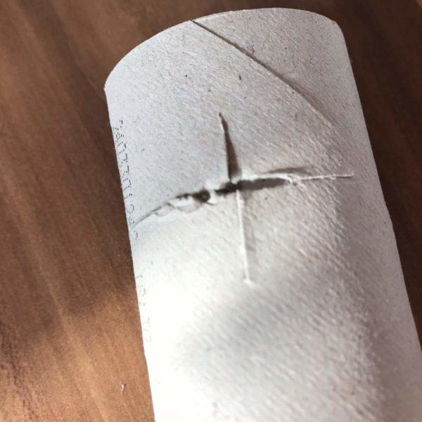 Toilettenpapierrolle kreuzförmig einschneiden