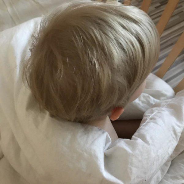 Kind nach dem Haarschneiden mit neuer Frisur