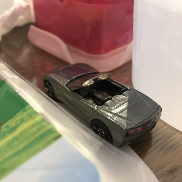 Spielzeugauto auf dem Frühstückstisch