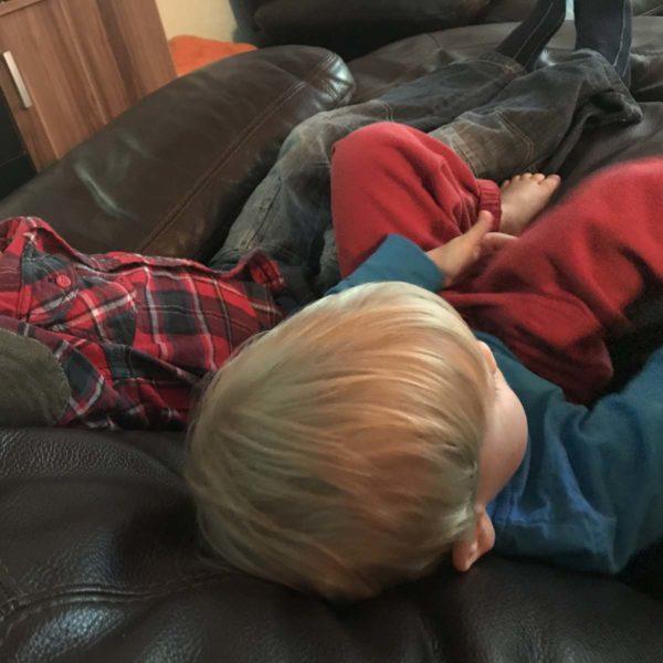 Kinder ruhen sich auf dem Sofa aus