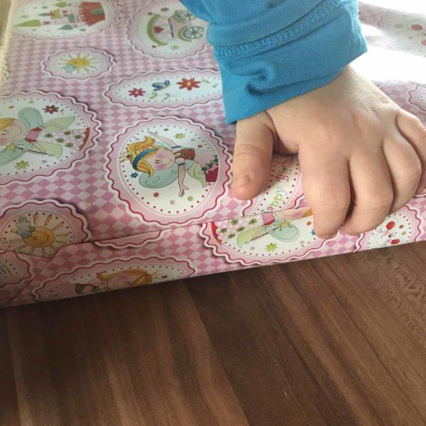 Geschenke mit Kind einpacken
