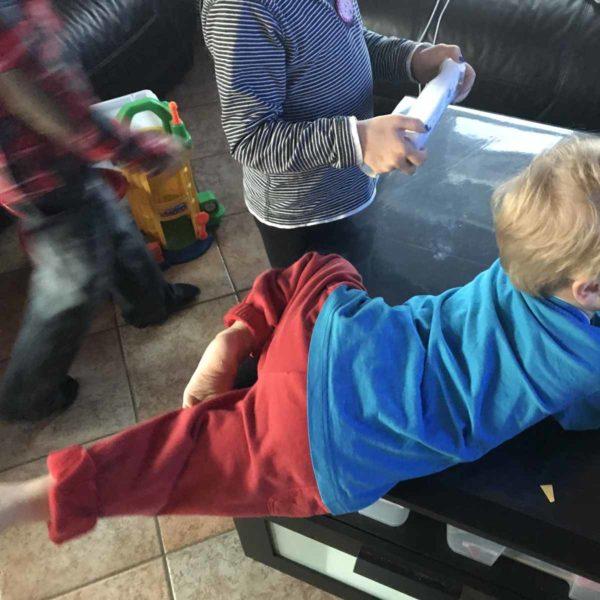 Kind liegt auf Tisch