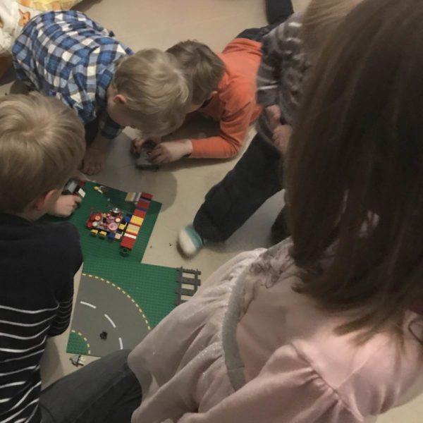 Kinder spielen beim Kindergeburtstag