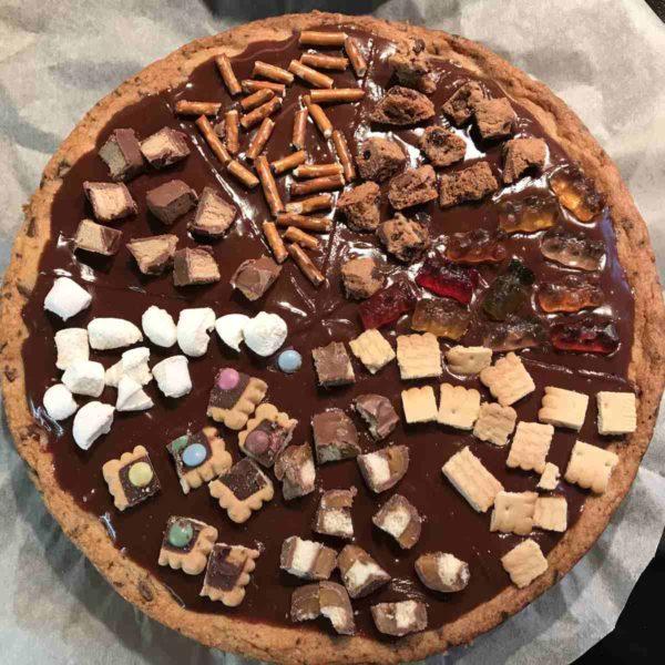Cookiepizza mit Süßigkeiten