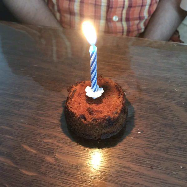 Muffin mit Kerze zum Geburtstag