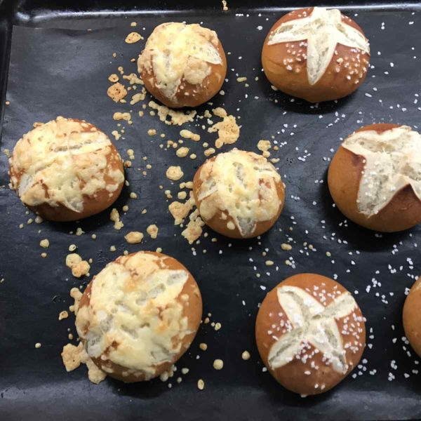 selbst gebackene Laugenbrötchen mit Salz und Käse