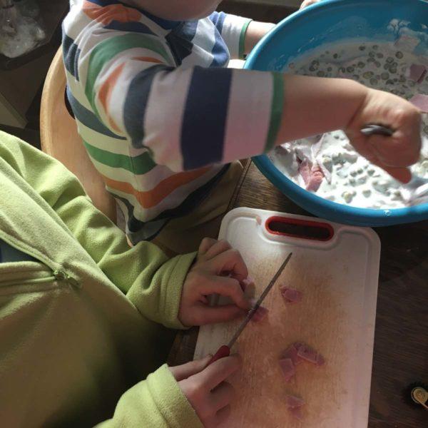 Kinder helfen beim Kochen