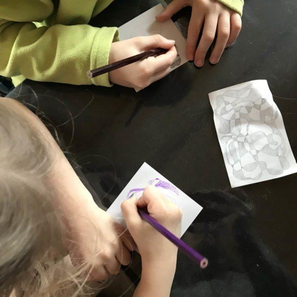 Kinder malen gemeinsam