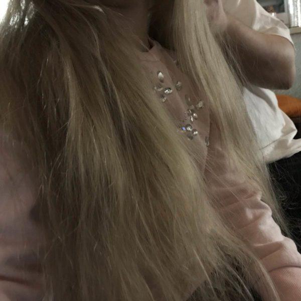 Kind mit langen Haaren