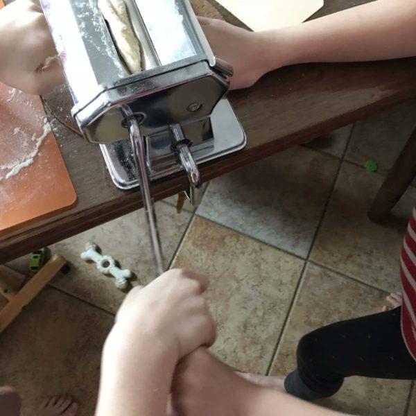Kinder machen Nudeln