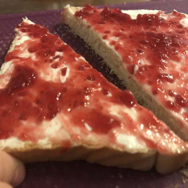 Toastbrot mit Erdbeermarmelade