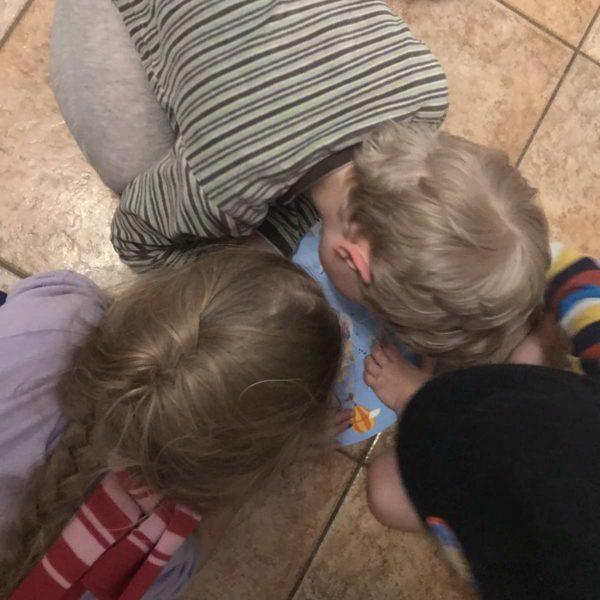 Geschwister spielen gemeinsam