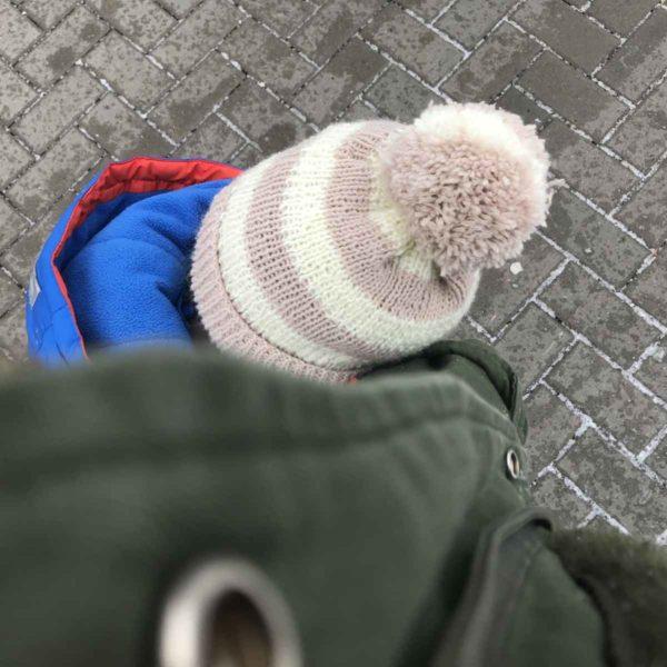 Kind mit Bommelmütze