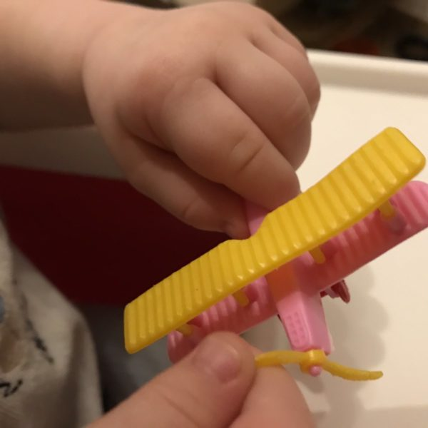 Kind spielt mit Flugzeug