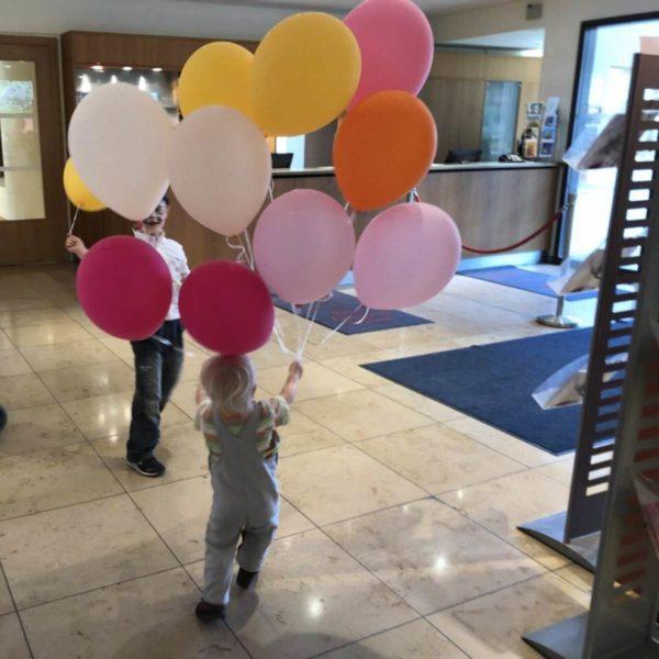 Blogfamilia 2018 Kinder mit Luftballons - Ballonfoto