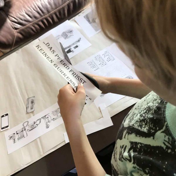 Kind bereitet Vortrag für die Grundschule vor