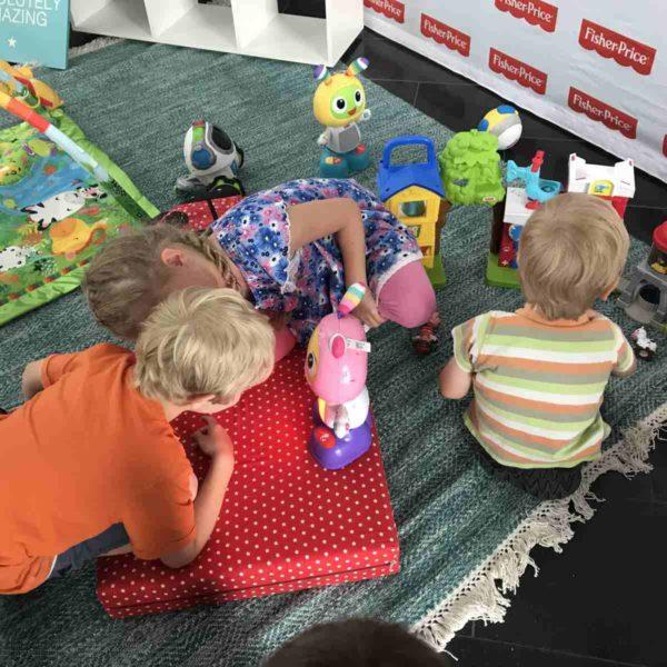 Kinder spielen auf der Familycon