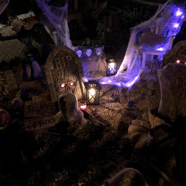 Halloween geschmückte Vorgärten