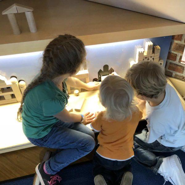 Kinder spielen gemeinsam im Museum