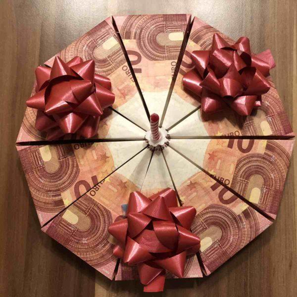Geldgeschenk Torte aus 10 Euro Scheinen falten