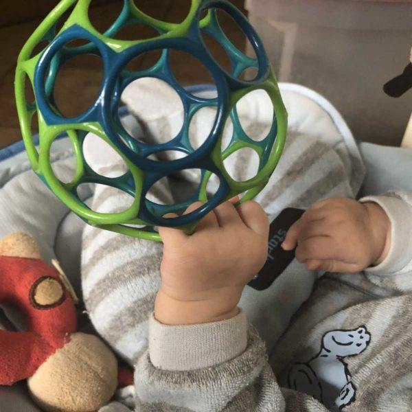 Entwicklung Baby mit drei Monaten Greifen und Spielen