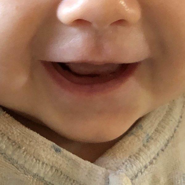 Entwicklung Baby mit drei Monaten Lächeln und Lachen