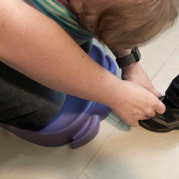 Bumbo Elipad als Kniekissen beim Schuhe anziehen
